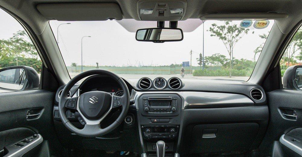 Đánh giá xe Suzuki Vitara 2015: Xe có không gian nội thất rộng rãi hơn nhiều so với các đối thủ cùng phân khúc.