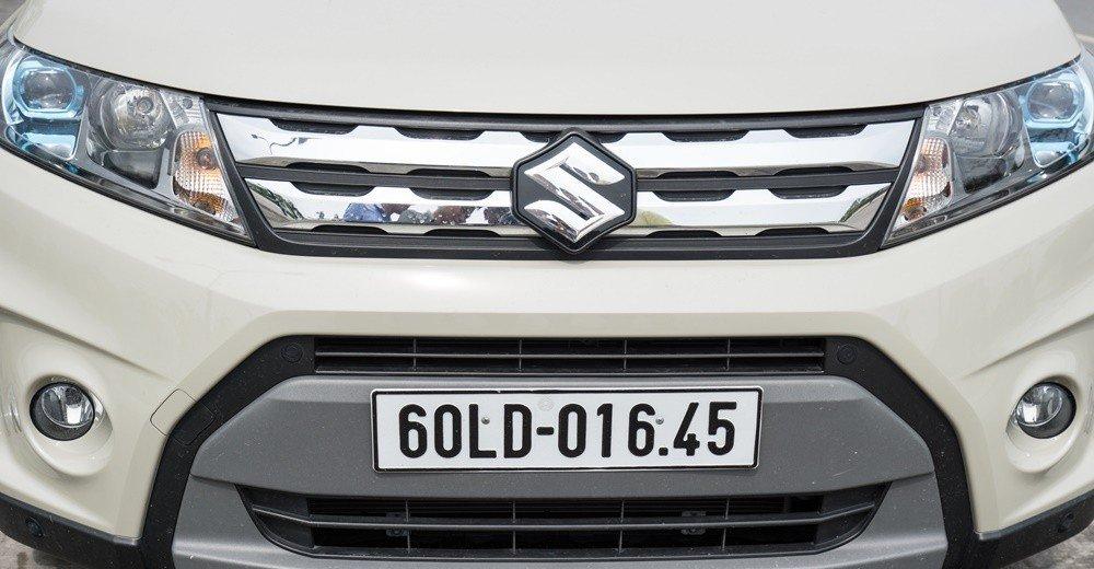 Đánh giá xe Suzuki Vitara 2015: Logo hình chữ S nổi bật.