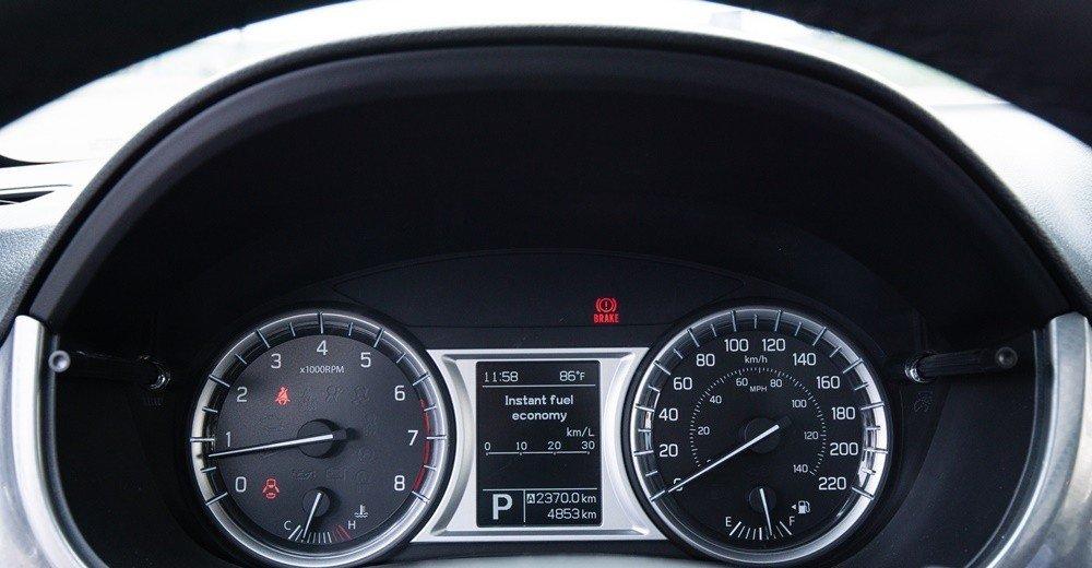 Đánh giá xe Suzuki Vitara 2015: Cụm đồng hồ lái của Suzuki Vitara 2015 được thiết kế không quá cầu kỳ.
