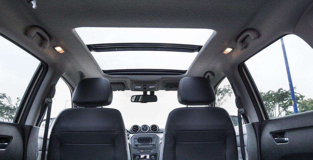 Suzuki Vitara 2015 được trang bị cửa sổ trời toàn cảnh Panaroma thông thoáng.