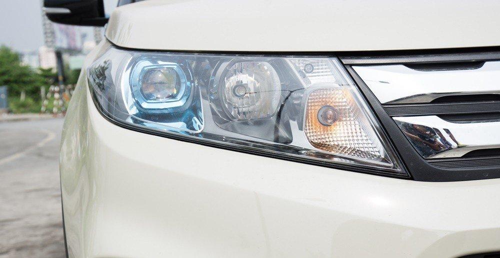 Đánh giá xe Suzuki Vitara 2015: Cụm đèn pha được thiết kế bắt mắt.