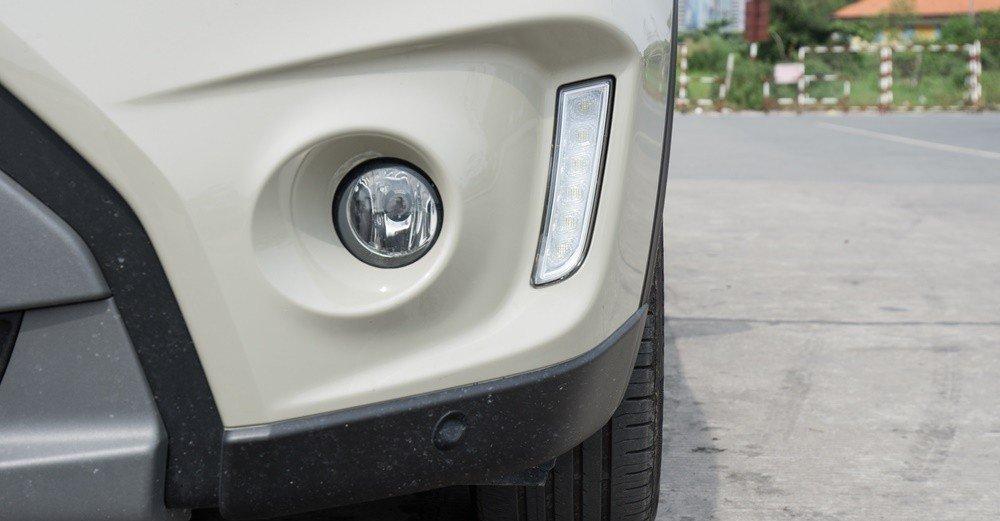 Đánh giá xe Suzuki Vitara 2015: Đèn LED chạy ban ngày được đặt dọc cạnh đèn sương mù.