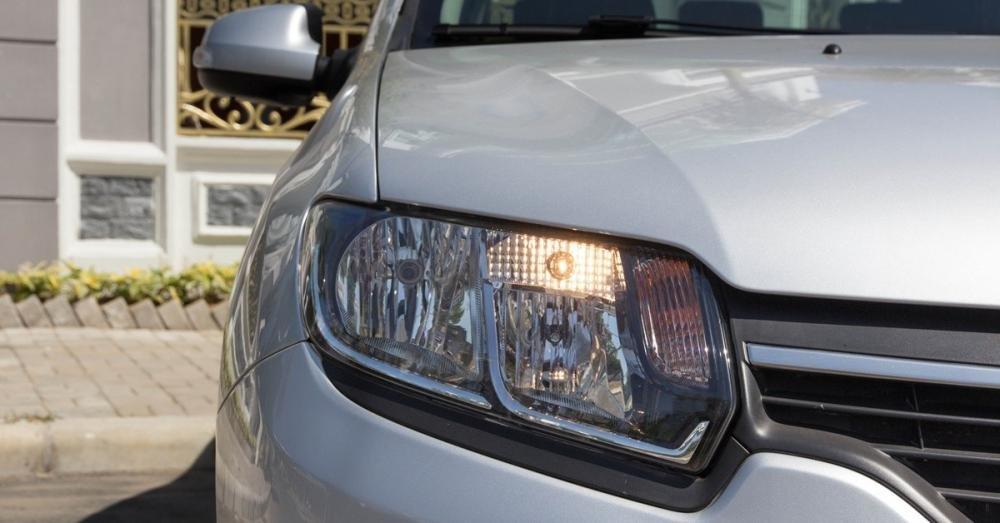Đánh giá xe Renault Logan 2015 có đèn pha halogen chất lượng ở mức khá.