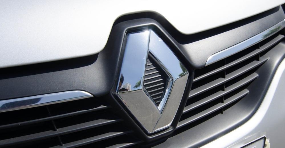 Đánh giá xe Renault Logan 2015 có lưới tản nhiệt nằm ngang cùng logo quả trám mạ crom.