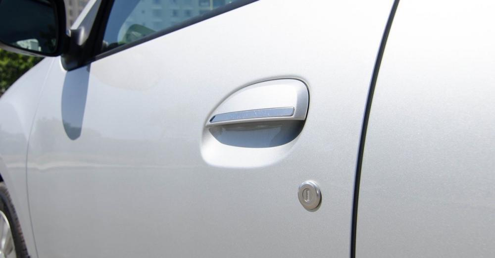 Đánh giá xe Renault Logan 2015 có tay nắm cửa cổ điển khóa/mở bằng chìa.