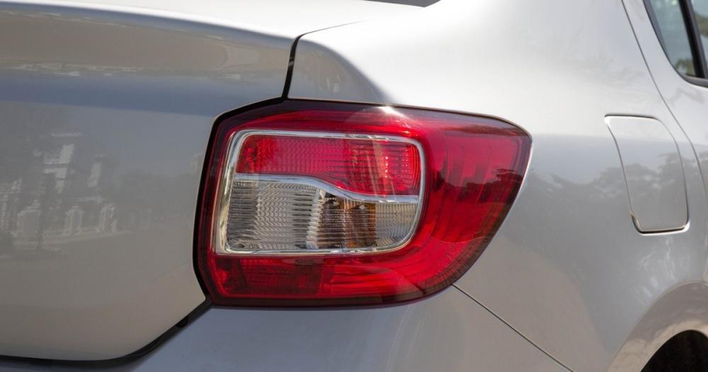 Đánh giá xe Renault Logan 2015 có cụm đèn hậu LED hình khối.