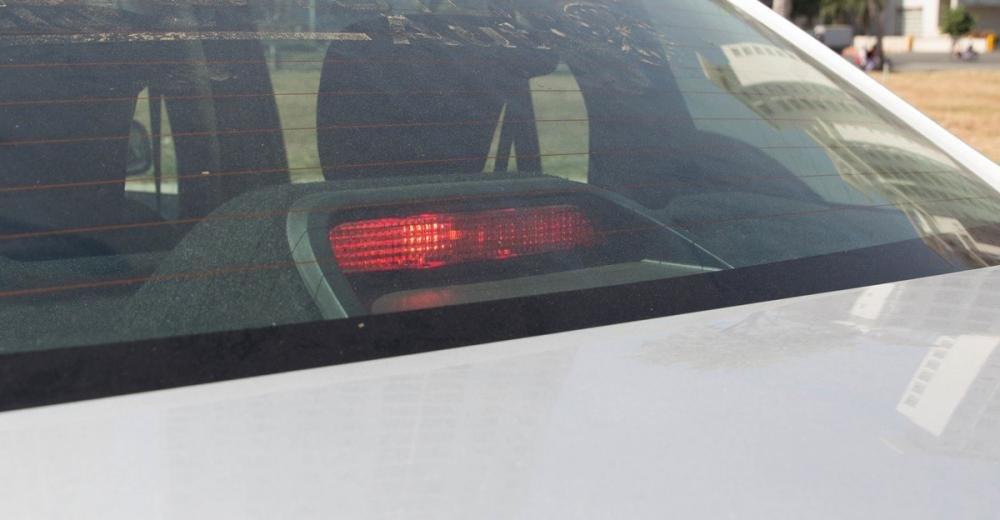 Đánh giá xe Renault Logan 2015 có đèn phanh phụ nằm ở trong kính sau.