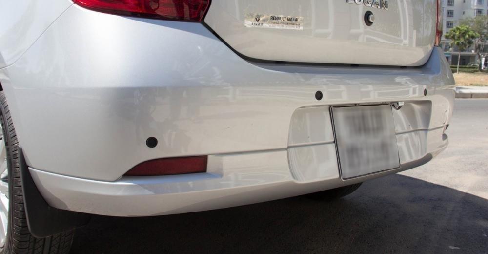 Đánh giá xe Renault Logan 2015 có 4 chấm cảm biết phía cản sau xe.