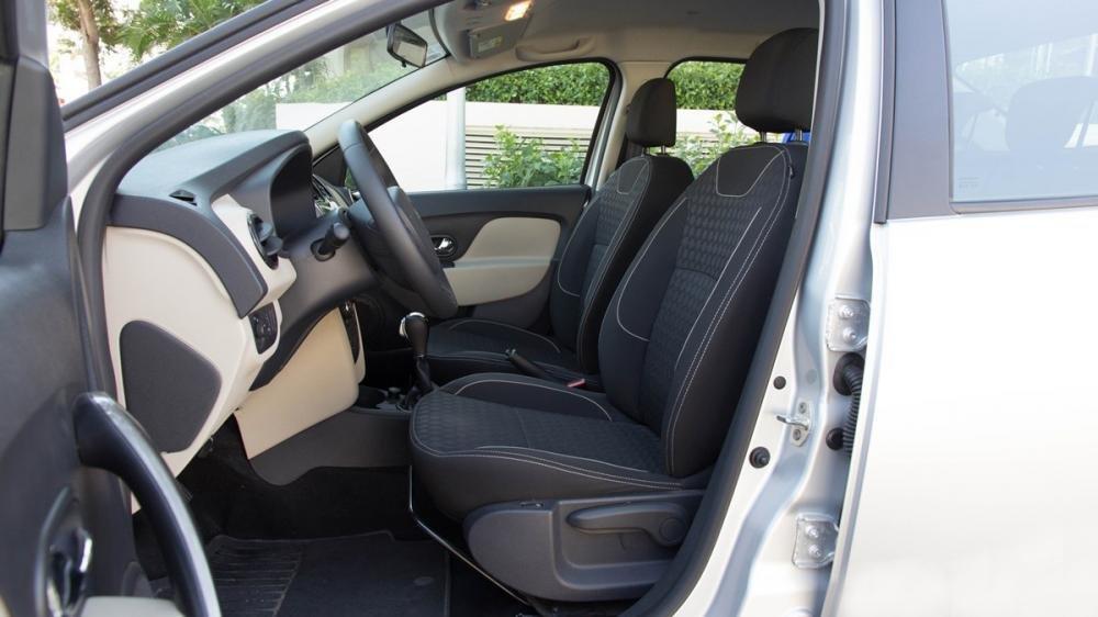 Đánh giá xe Renault Logan 2015 có hàng ghế trước thiết kế ôm lấy thân người ngồi chắc chắn.