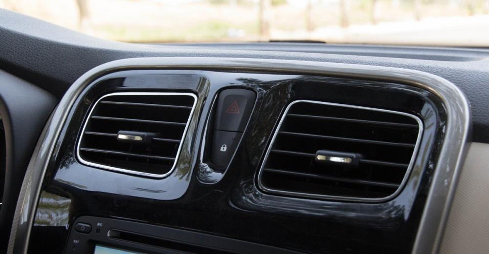 Đánh giá xe Renault Logan 2015 có hệ thống lấy gió với viền mạ crom.
