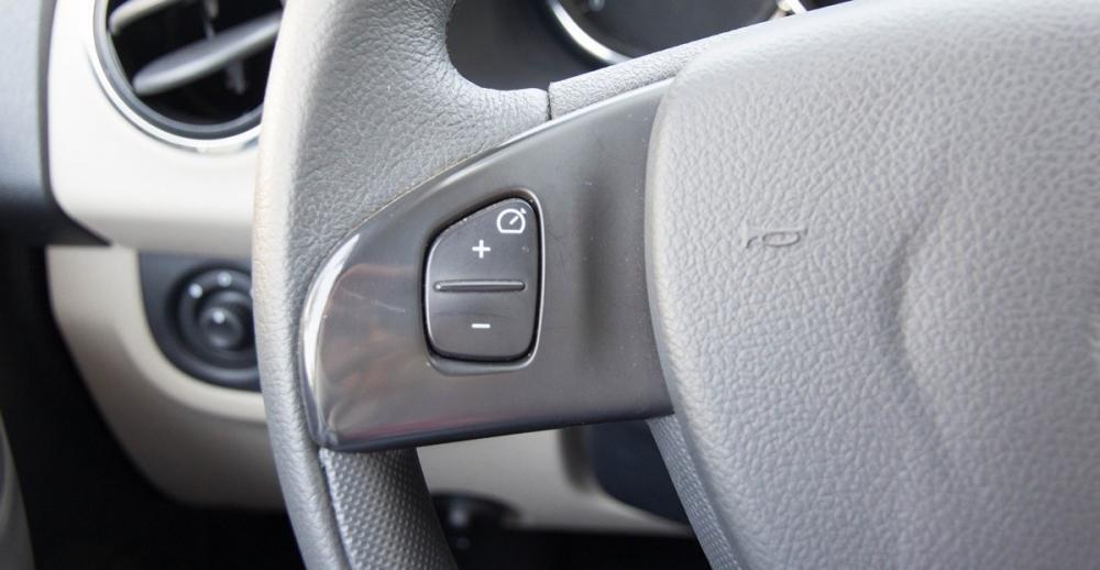 Đánh giá xe Renault Logan 2015 có một số phím chức năng cơ bản.