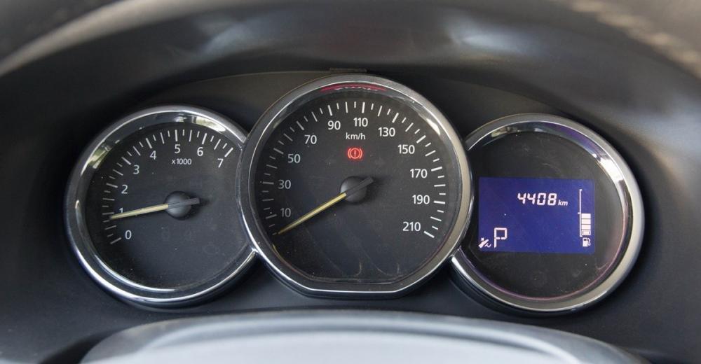 Đánh giá xe Renault Logan 2015 có cụm đồng hồ lái với 3 hốc truyền thống.