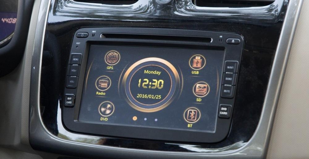 Đánh giá xe Renault Logan 2015 có màn hình cảm ứng đa chức năng.