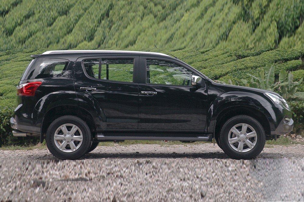So sánh ngoại thất xe Chevrolet Captiva Revv và Isuzu mu-X 4