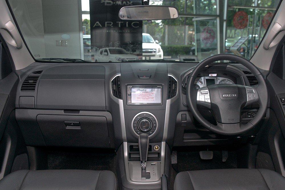 Nội thất Isuzu MU-X càng kém hấp dẫn hơn khi đặt cạnh Kia Sorento.