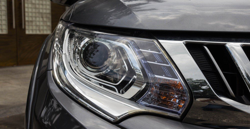 Đánh giá xe Mitsubishi Triton 2016 có đèn pha Bi-Xenon tự động tắt bật.
