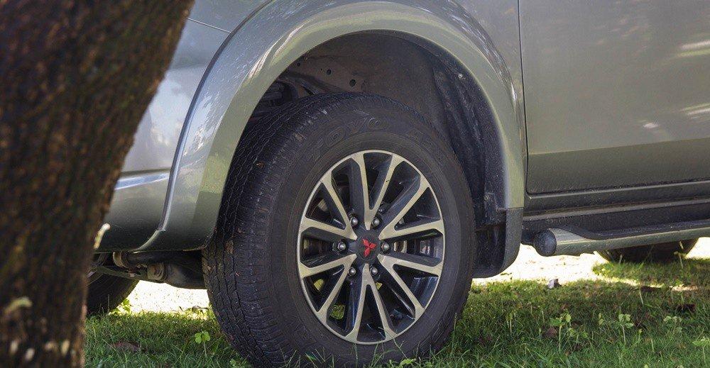 Đánh giá xe Mitsubishi Triton 2016 có la zăng 17 inch đa chấu.