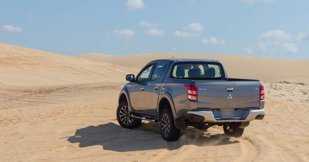 Đánh giá xe Mitsubishi Triton 2016 có đuôi xe khá cơ bắp, hầm hố.