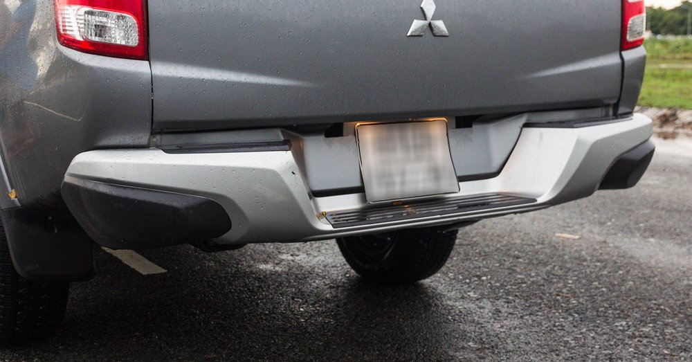 Đánh giá xe Mitsubishi Triton 2016 có cản sau kiêm bậc lên xuống khá gọn gàng.