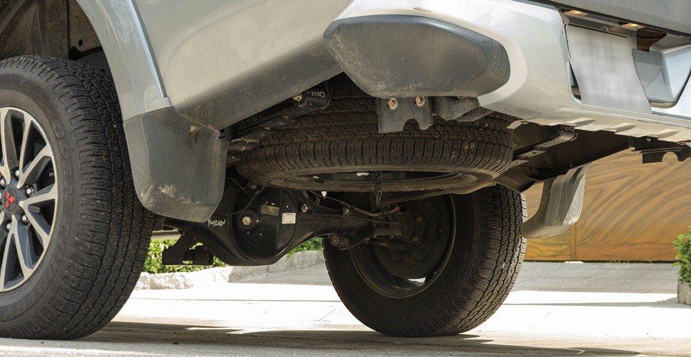 Đánh giá xe Mitsubishi Triton 2016 có gầm xe được giấu lốp dự phòng và ống xả.
