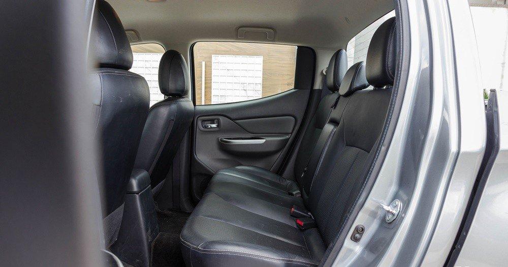 Đánh giá xe Mitsubishi Triton 2016 có hàng ghế sau rộng rãi với 3 tựa đầu êm ái.