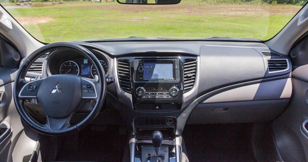 Đánh giá xe Mitsubishi Triton 2016 có nội thất đơn giản, thực dụng.