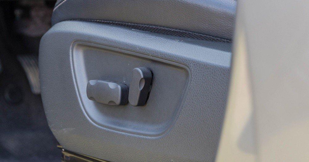 Đánh giá xe Mitsubishi Triton 2016 có ghế lái chỉnh điện 8 hướng, ghế phụ chỉnh cơ 4 hướng.