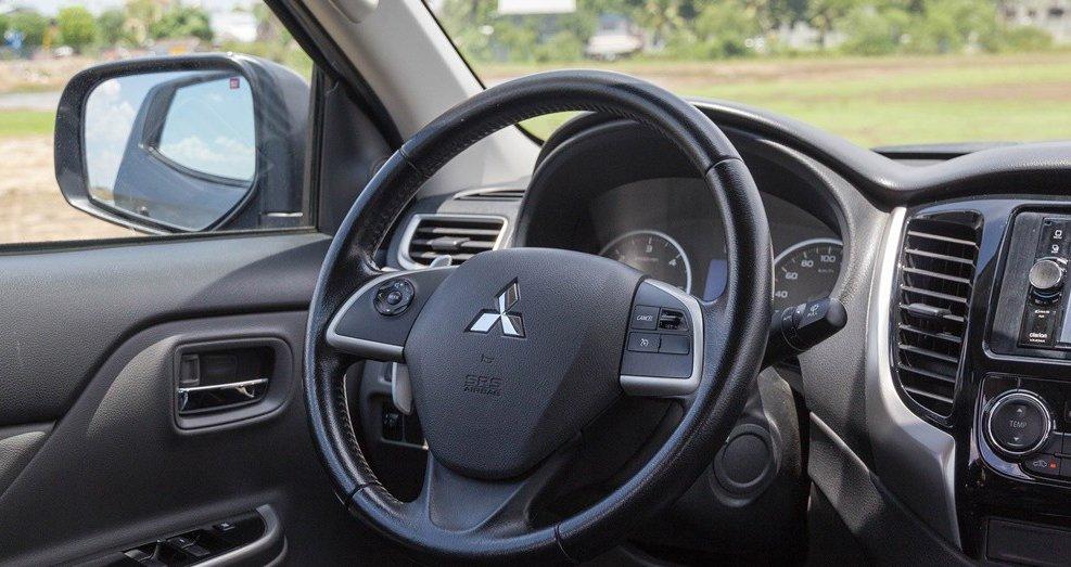 Đánh giá xe Mitsubishi Triton 2016 có vô lăng bọc da 3 chấu.