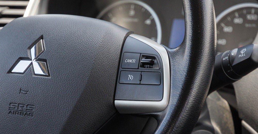 Đánh giá xe Mitsubishi Triton 2016 có vô lăng được trang bị phím kiểm soát hành trình.