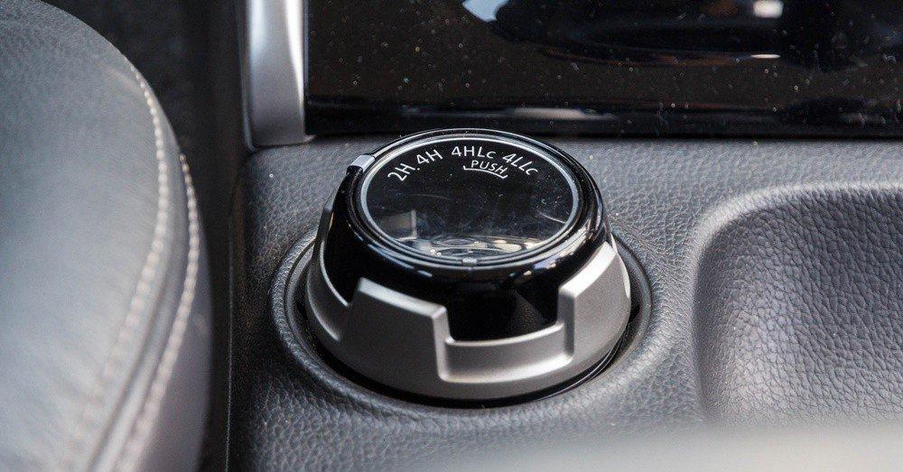 Đánh giá xe Mitsubishi Triton 2016 có núm xoay điều chỉnh nhanh giữa các cầu.