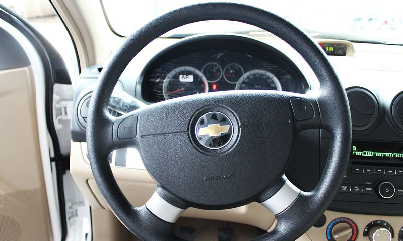 So sánh nội thất Chevrolet Aveo và Mitsubishi Attrage 2