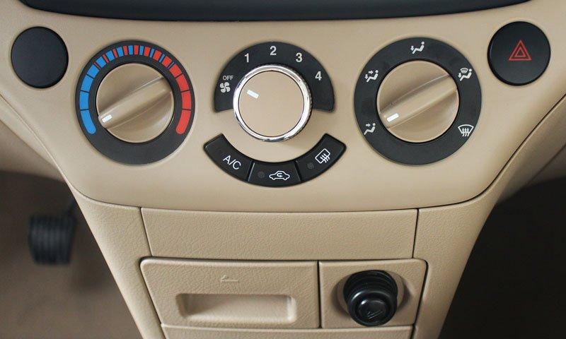 So sánh tiện nghi Chevrolet Aveo và Mitsubishi Attrage 2
