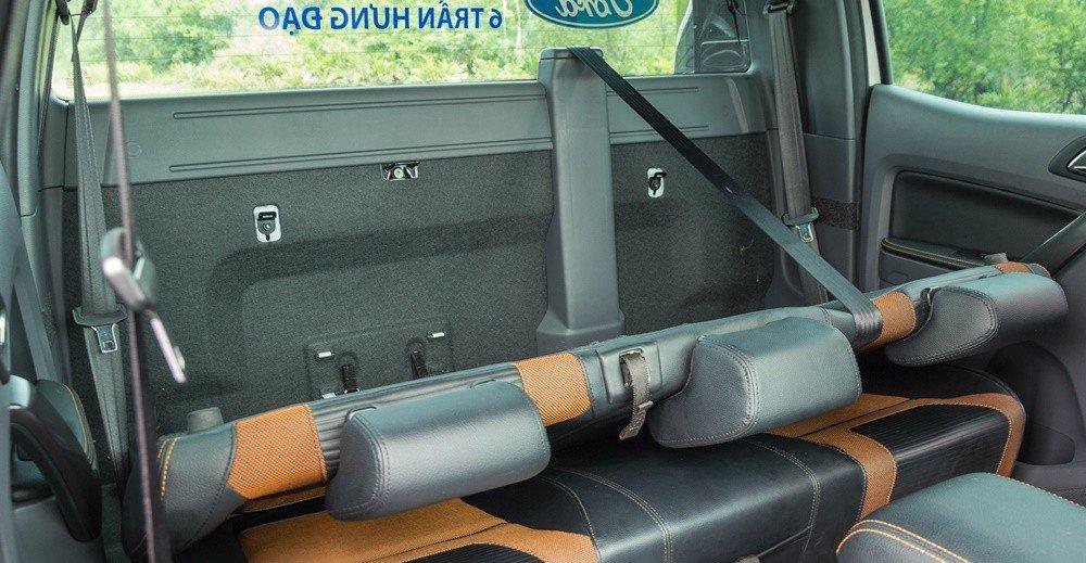 Đánh giá xe Ford Ranger 2016 có thể gấp nhẹ lưng ghế để có thêm không gian chứa đồ cá nhân.