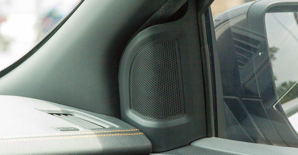 Đánh giá xe Ford Ranger 2016 có dàn âm thanh 6 loa trang bị quanh xe.