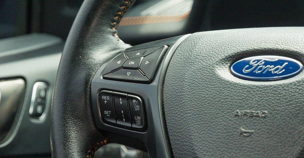 Đánh giá xe Ford Ranger 2016 có các phím điều hướng, cài đặt kiểm soát hành trình trên vô lăng.