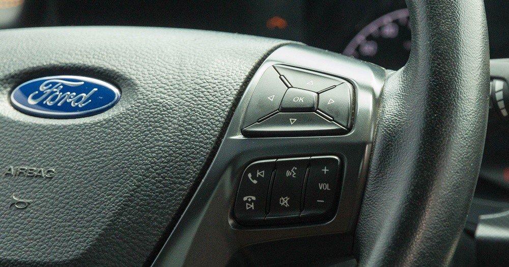 Đánh giá xe Ford Ranger 2016 có các phím thoại rảnh tay, tăng giảm âm lượng bên vô lăng phải.