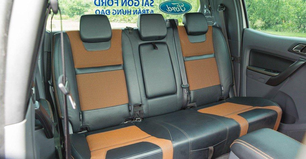 Đánh giá xe Ford Ranger 2016 có hàng ghế sau rộng rãi 3 chỗ ngồi cùng 3 tựa đầu.