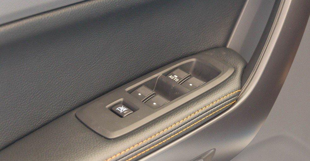 Đánh giá xe Ford Ranger 2016 có cửa xe gần tài xế tích hợp một số phím bấm cơ bản.