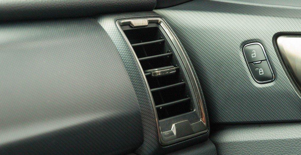 Đánh giá xe Ford Ranger 2016 có các cửa gió khá lớn giúp làm mát nhanh hơn.