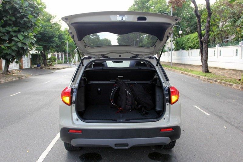 Đánh giá xe Suzuki Vitara 2015: Không gian chứa đồ rộng với dung tích tối đa 710 lít.