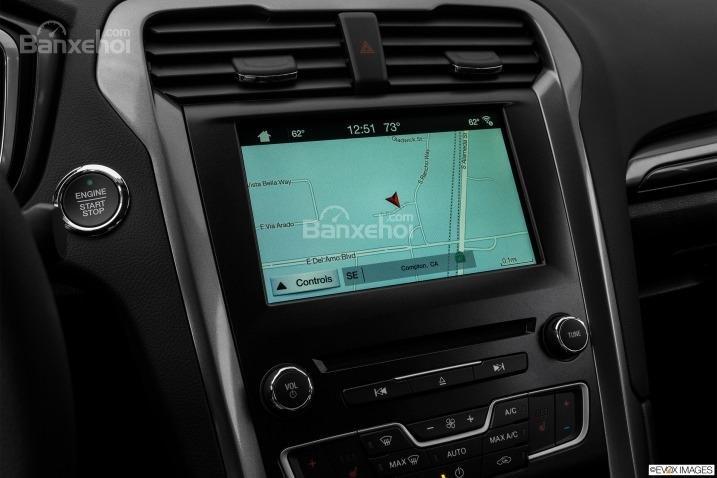 Đánh giá xe Ford Fusion 2017: Xe được tích hợp bản đồ.