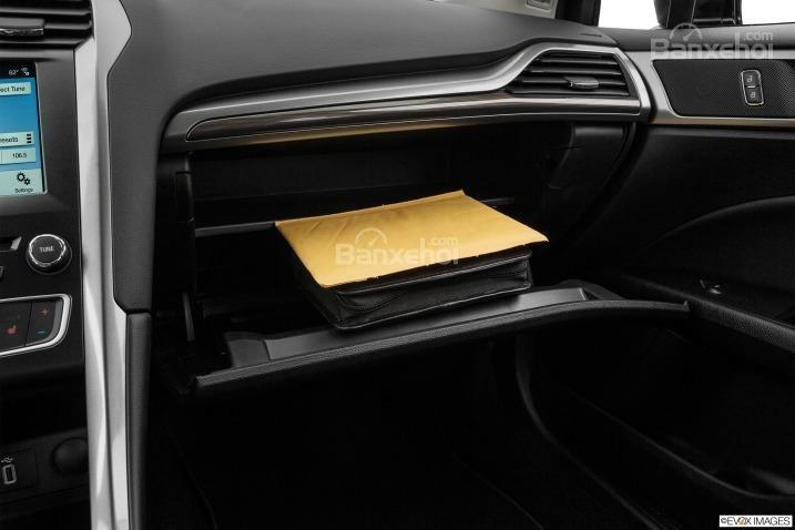 Đánh giá xe Ford Fusion 2017: Hộc đựng đồ trên xe.