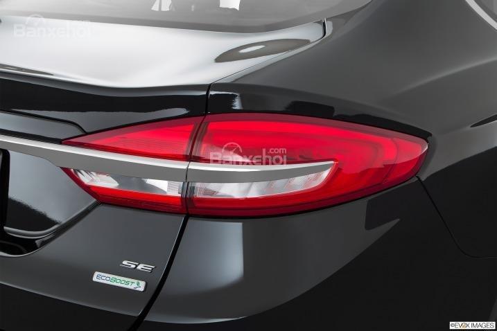 Đánh giá xe Ford Fusion 2017: Đèn hậu tích hợp LED.