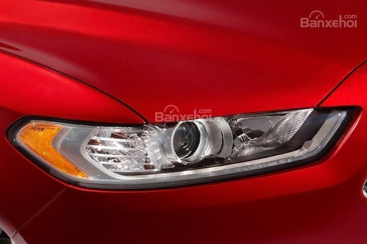Đánh giá xe Ford Fusion 2017: Đèn pha tích hợp LED.