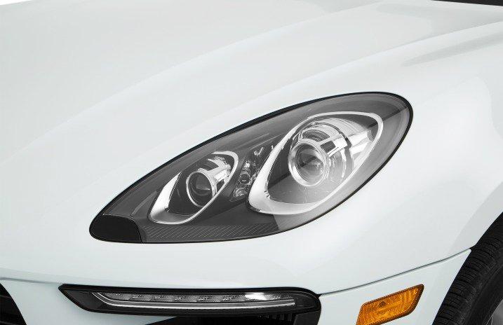 Đánh giá xe Porsche Macan 2017 có Halogen kiểu ống phóng với chức năng điều chỉnh góc chiếu.