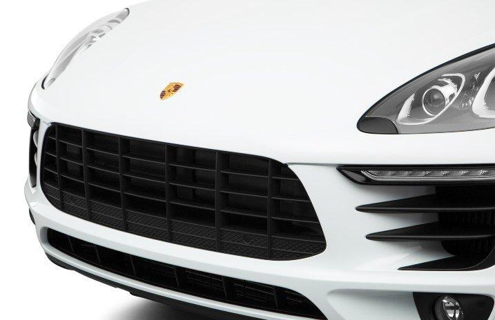 Đánh giá xe Porsche Macan 2017 có lưới tản nhiệt lục giác với các nan xếp hình lưới caro.