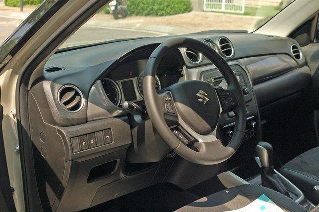 Đánh giá xe Suzuki Vitara 2015: Suzuki Vitara 2015 sử dụng vô lăng 3 chấu bọc da cho cảm giác chắc tay khi đánh lái.