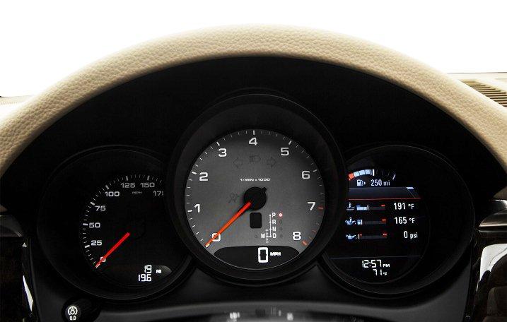 Đánh giá xe Porsche Macan 2017 có cụm đồng hồ lái cơ bản hiển thị màu rõ nét.