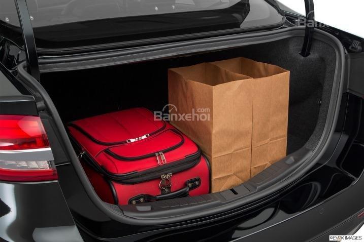 Đánh giá xe Ford Fusion 2017: Khoang hành lý của xe ở mức trung bình.