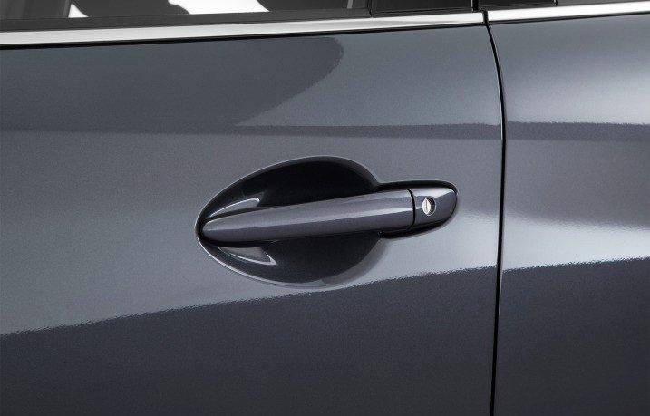 Đánh giá xe Mazda 6 2017 có tay nắm cửa sơn đồng mầu với thân xe.